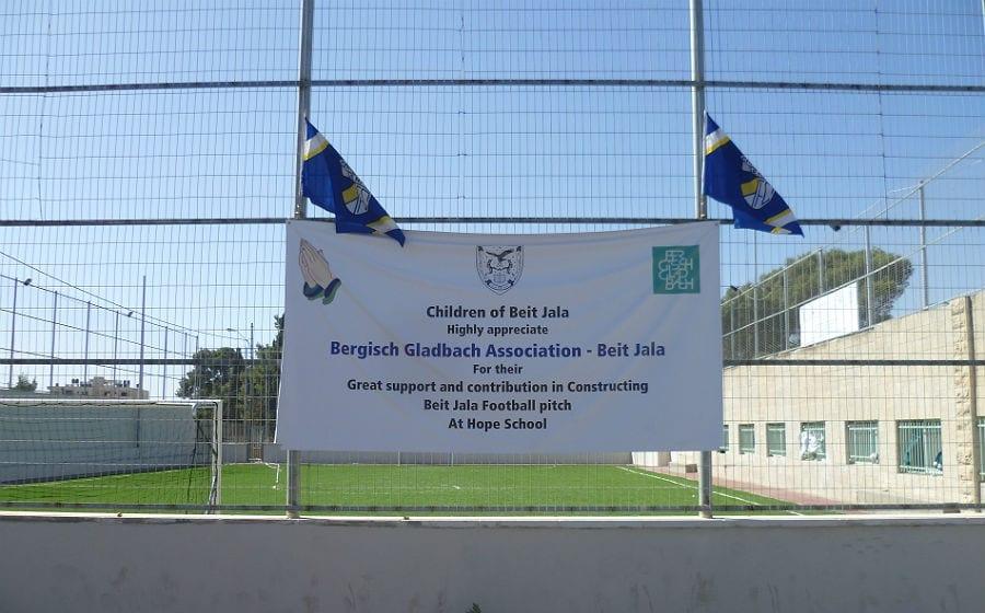 Ein Banner am Sportplatz-Zaun drückt den Dank an die Bürger Bergisch Gladbachs aus
