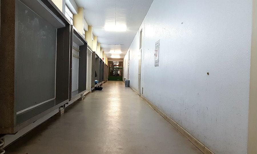 Ein typischer Flur im Nordtrakt; Klassenräume liegen nur auf einer Seite