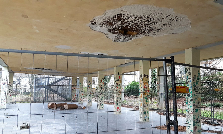 Die offene Pausenhalle. Seit acht Jahren aus Sicherheitsgründen gesperrt