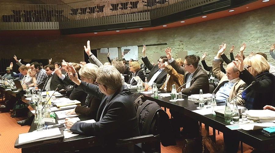 Der Stadtrat stimmt für den Nachtragsetat. Vorne die CDU, dann die FDP und Alfa, dann die SPD und ganz hinten Linke/BP