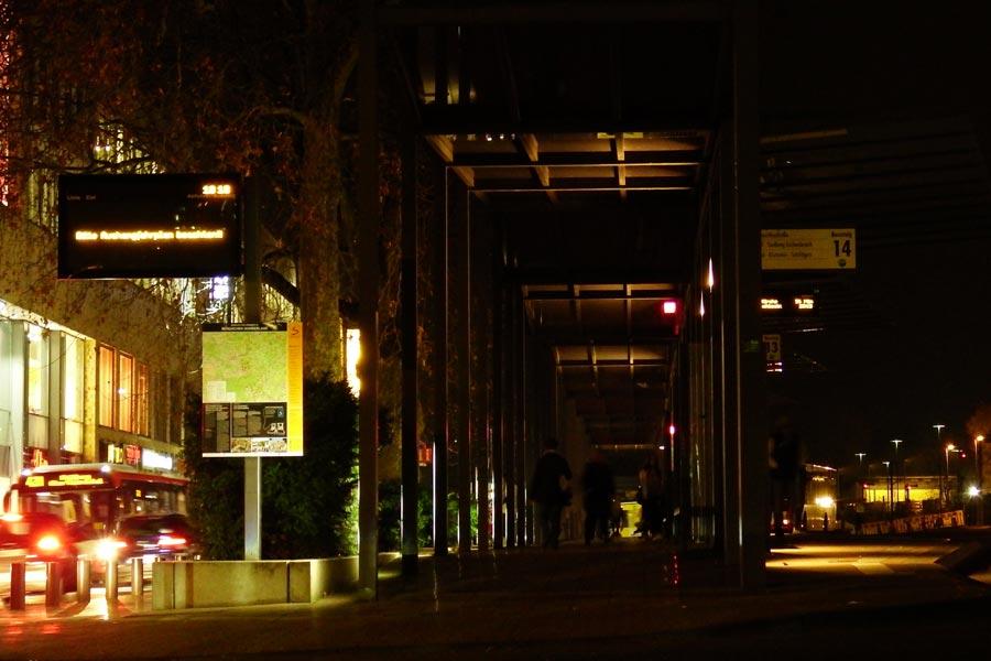 Der Busbahnhof Ende Dezember. Stockdunkel. Foto: Evelyn Barth