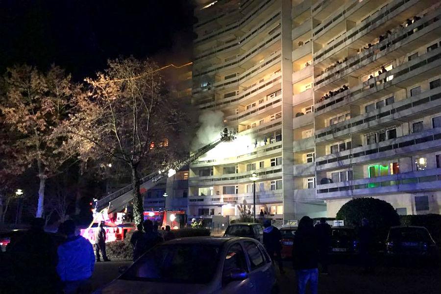 In Gronau brannte im Hochhaus ein Balkon. Foto: Feuerwehr GL