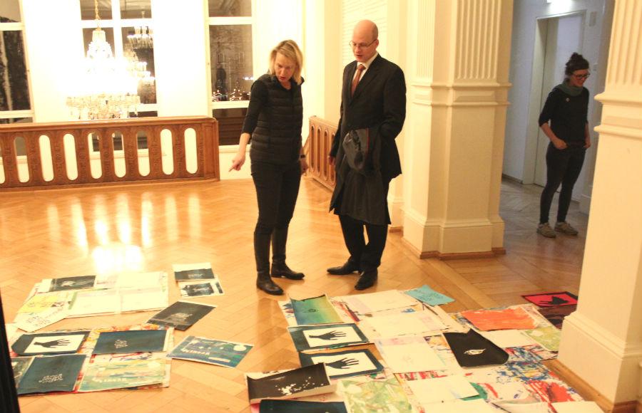 Museumschefin Petra Ölschläger mit Sponsor David Roth