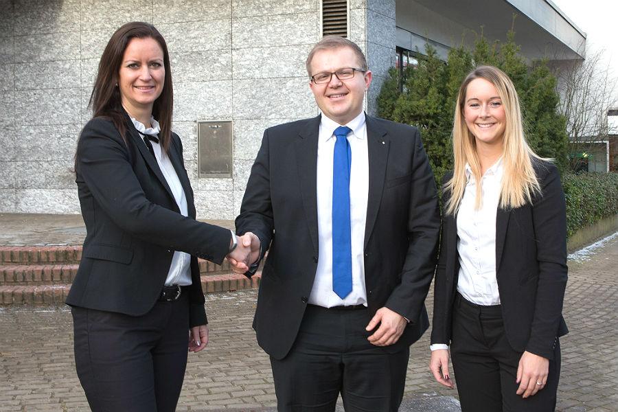 Martina Martini, Regionaldirektorin der Kreissparkasse Köln, stellt die neue Führung der Filiale Refrath vor: Thomas Fritsche, Filialdirektor, und Nicole Herzberg, stellvertretende Filialdirektorin (von links).