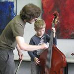 In der Musikschule Instrumente ausprobieren