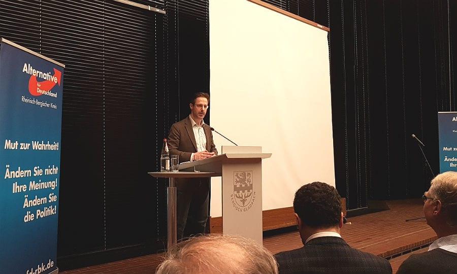 Marcus Pretzell, Vorsitzender der AfD in NRW am Rednerpult im Bensberger Ratssaal