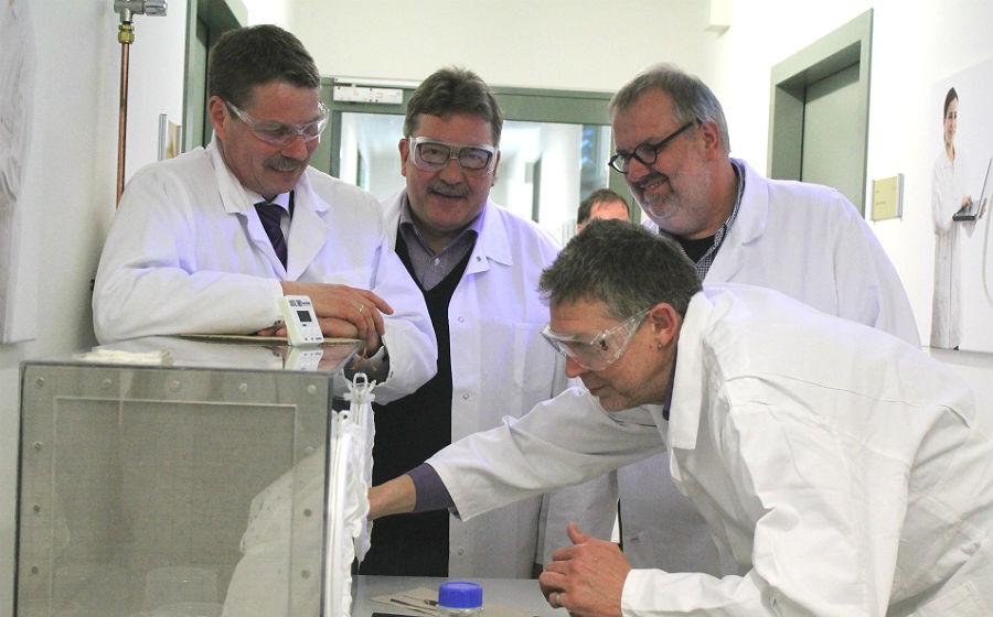 Mike Bublitz demonstriert einen Mückentest in den Labors von Biogenius Bergisch Gladbach