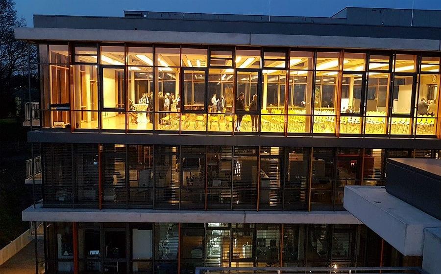 Der Konferenzraum beherrscht die oberste Etage des neuen Gebäudes von Miltenyi Biotec