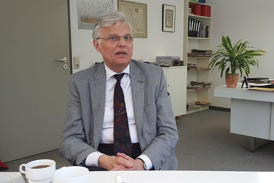 Hanseatischer Habitus, kariertes Jacket: Jürgen Mumdey zieht sich vom Amt des Stadtkämmerers zurück