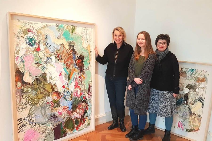 Das Museumsteam präsentiert ein Werk von Toenges - und das neue Parkett der Villa Zanders