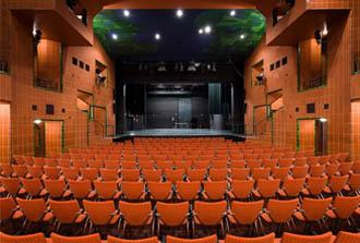 Der Theatersaal des Bürgerhaus Bergischer Löwe. Auf der Bühne werden Ausschuss und Verwaltung platziert