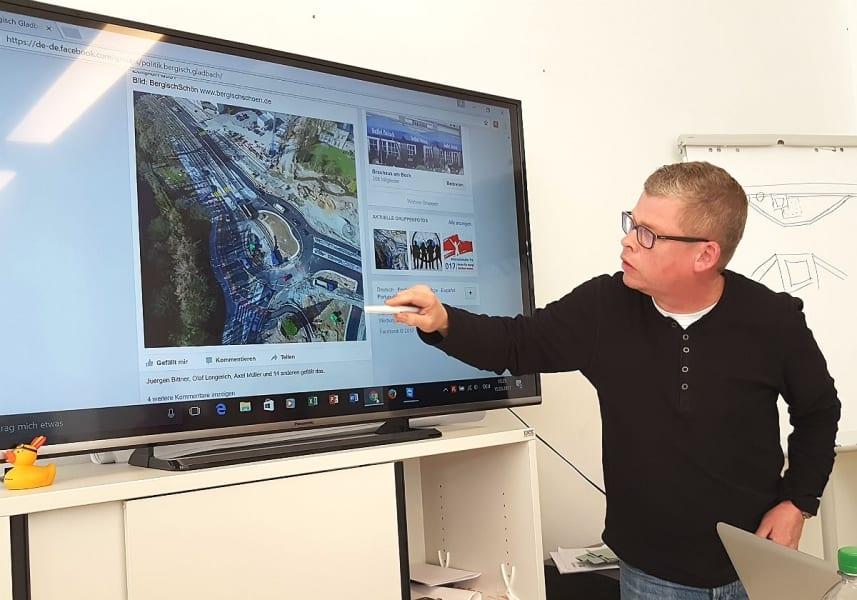 Auch Tiefbauleiter Michael Günther nutzt das BergischSchön-Foto auf Facebook zur Erläuterung