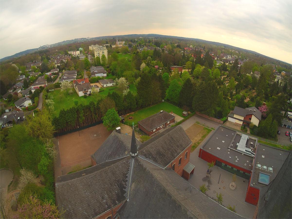 Der Blick vom Kirchturm St. Johann Baptist: auf dem Grundstück geradeaus sollen Doppelhäuser entstehen, etwas weiter rechts hinten das Mehrgenerationenhaus. Foto: Bergisch Schön