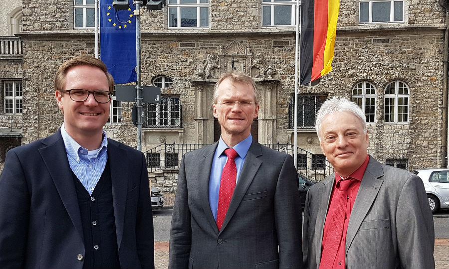 Michael Metten (CDU) und Klaus Waldschmidt (SPD) präsentieren Frank Stein als künftigen Kämmerer