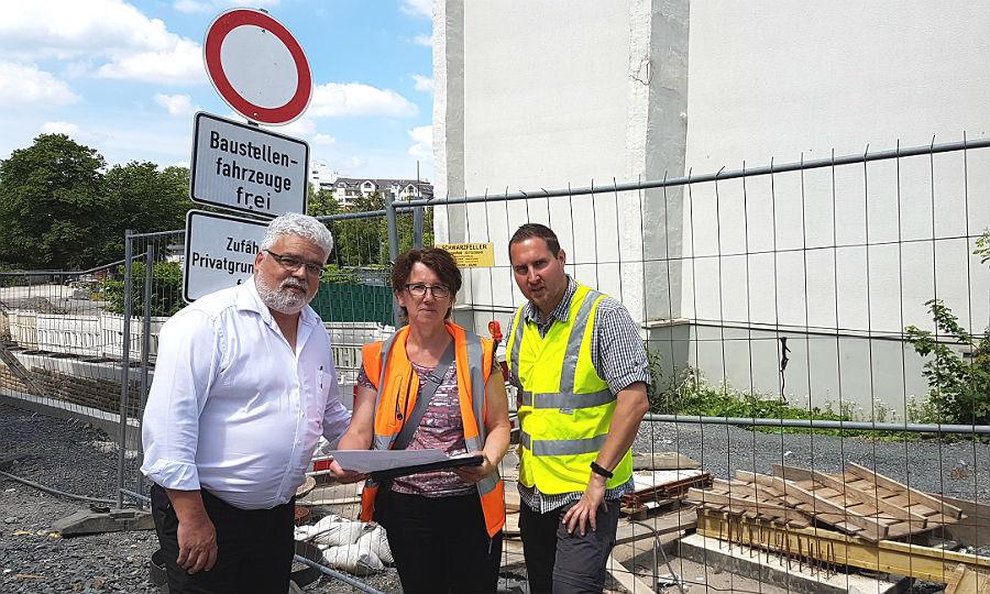 Drei von der Baustelle: Strundverband-Chef Martin Wagner, Ingenieurin Daniela Reuscher und der städtische Baustellenmanager Sebastian Höller