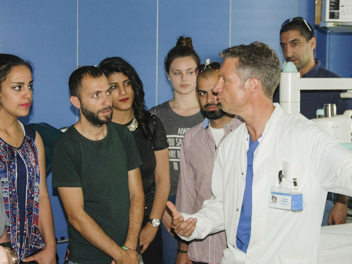 Stefan Machtens erklärt palästinensischen Jugendlichen wie Nierensteine im MKH behandelt werden.