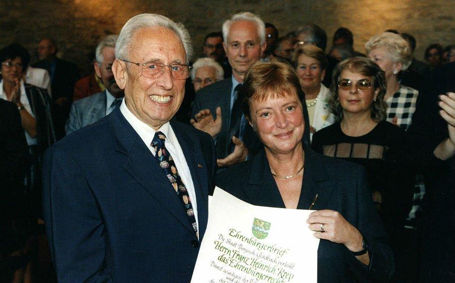 Maria-Theresia Opladen verleiht am 26. August 1999 die Ehrenbürgerschaft an Franz Heinrich Krey Foto: Peter Mattes/Stadtarchiv Bergisch Gladbach
