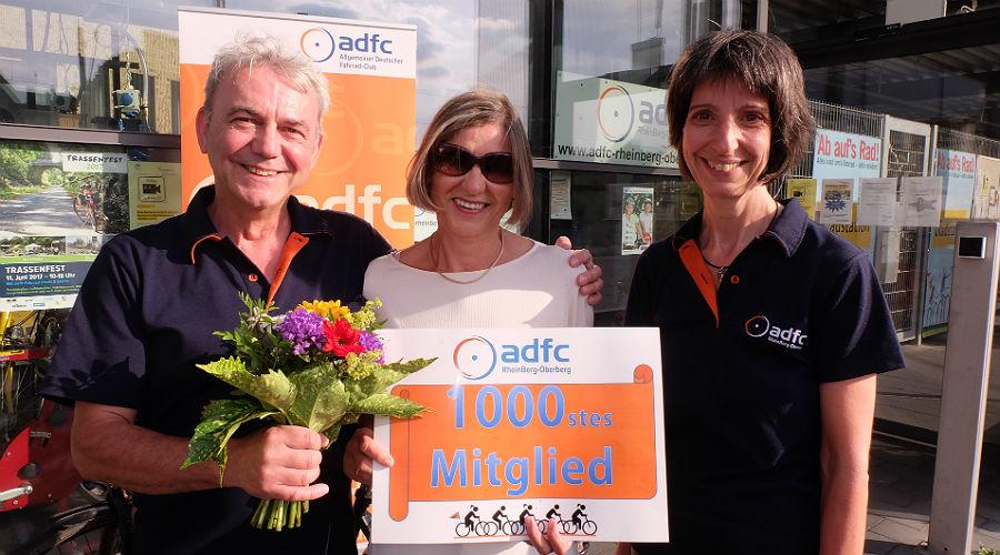Vorstandsvorsitzender Bernhard Werheid und Schriftführerin Sabine Krämer-Kox freuen sich über das 1000. Mitglied Veronika