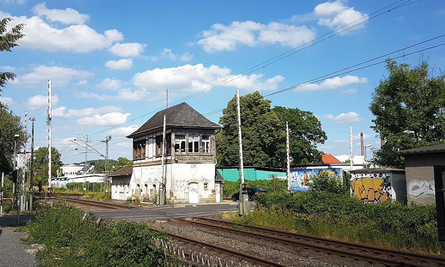 Das historische Weichenstellerhäuschen am Bahnübergang Tannenberg Straße