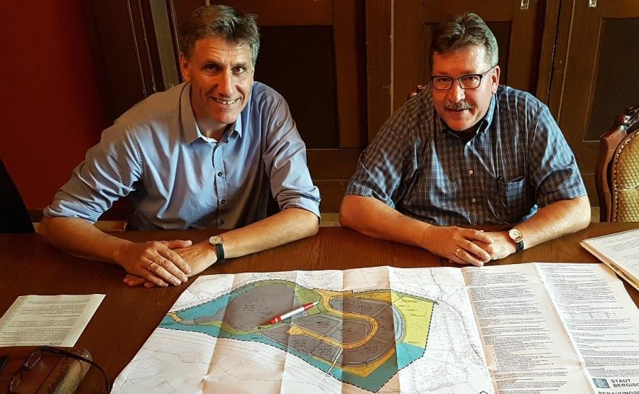 Baurat Harald Flügge und Wirtschaftsförderer Martin Westermann mit einer Karte des Gewerbegebiets Bergisch Gladbach-Obereschbach