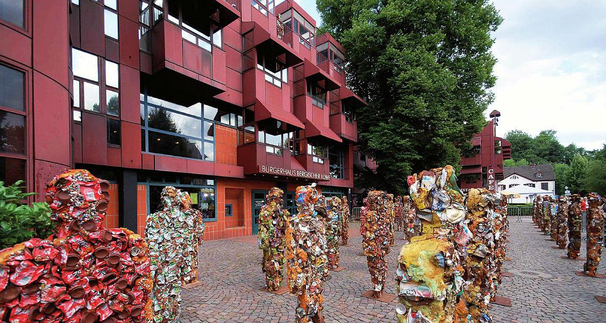 Vor dem Bürgerhaus Bergischer Löwe stellte der Künstler HA Schult 2010 im Rahmen einer Kunstaktion seine weitgereisten Trash People aus. Edition Stadtkultur © Klaus Hansen 2017