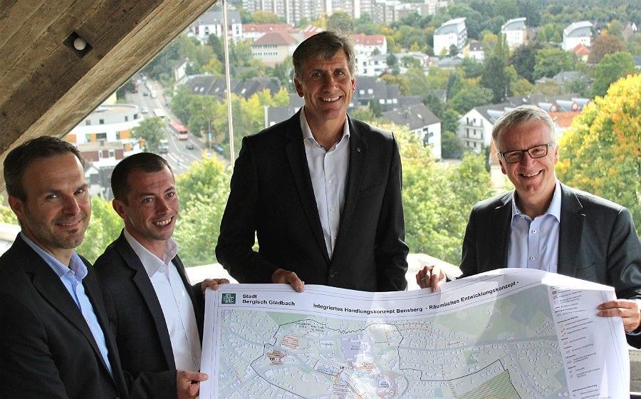 Wolfgang Honecker (Leiter Stadtplanung), Harald Flügge (Stadtbaurat), Rainer Kalscheuer (DSK-Gebietsleiter für Nordrhein-Westfalen) und Dominik Erbelding ( DSK-Büroleiter Bonn).