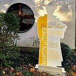 Kirche zum Heilsbrunnen errichtet eine Luther-Stele