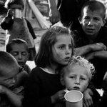 Himmel & Ääd zeigt Fotos von Menschen auf der Flucht