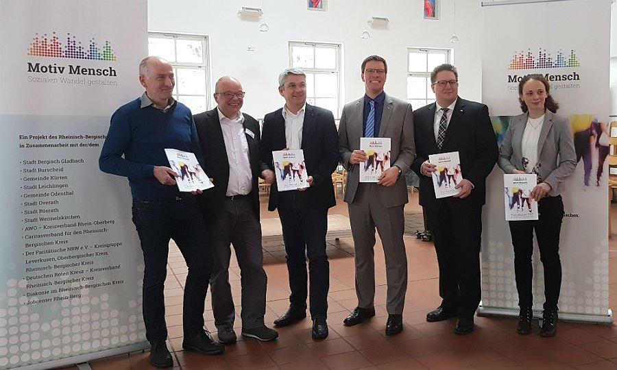 Vertreter von Kreis, Kommunen, Jobcenter und Wohlfahrtsverbänden stellen den Sozialbericht vor