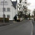"""Ein """"verlorener Bürgersteig"""" in der Scheidtbachstraße"""