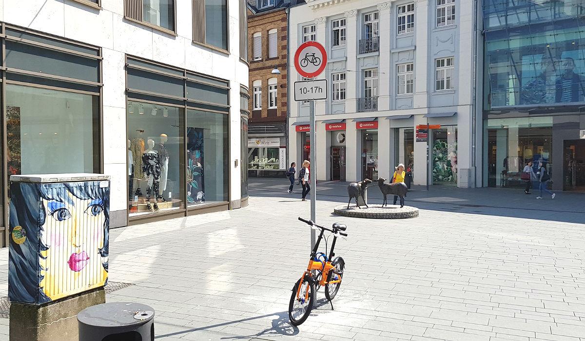 eda77e88c35746 Regel 10  Die Johann-Wilhelm-Lindlar-Straße ist zwischen Bahnhof und  Hauptstraße frei. An der H M-Ecke muss man zwischen 10 und 17 Uhr aber  absteigen.