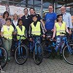 Grundschüler freuen sich über nagelneue Fahrräder
