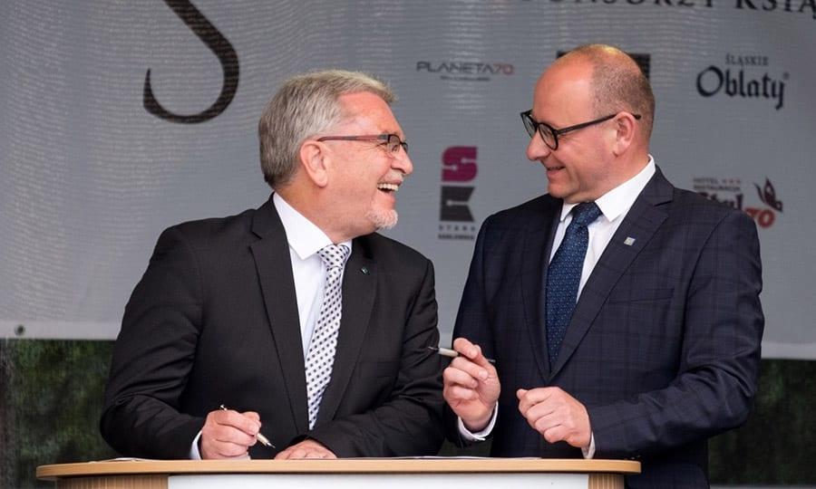 "Vize-Bürgermeister Josef Willnecker und Bürgermeister Dariusz Skrobol bei der Unterschrift der ""neuen"" Partnerschaftsurkunde"