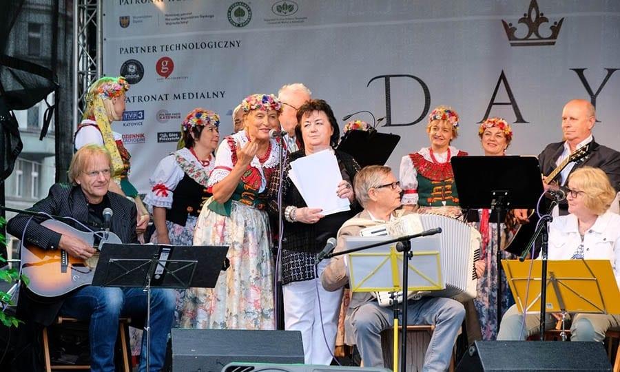 Pszczyna-Band, hier mit Unterstützung einer Pszczynaer Trachtengruppe