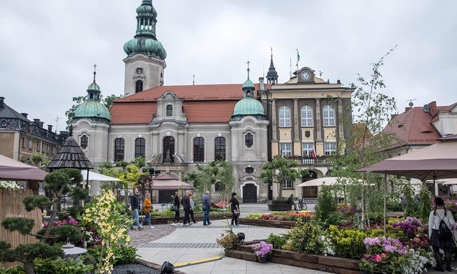 Blumengeschmückter Marktplatz...