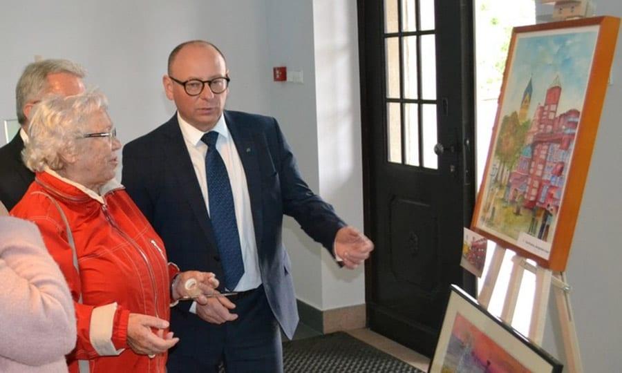 ... und Bilderausstellung mit Bergisch Gladbacher Motiven im Rathaus; rechts Bürgermeister Skrobol im Gespräch mit Künstlerin Christa Knipper.
