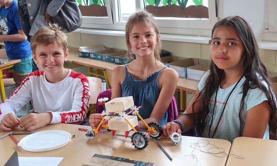Till, Rabea und Yara konstruieren ein Mondfahrzeug. Foto: Iris Wirths/IHK Köln