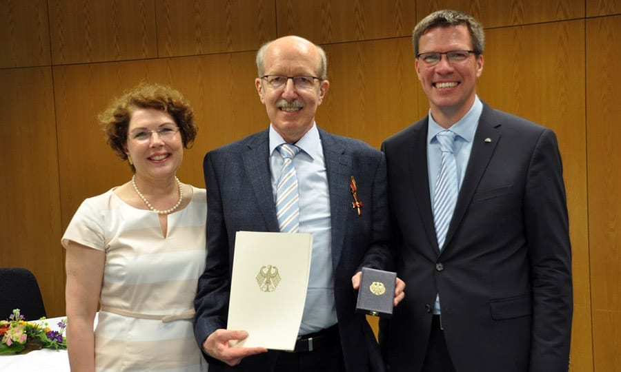 Dr. Arne Hofmann mit seiner Frau und Landrat Stephan Santelmann