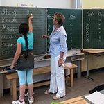 Kinder mit Fluchthintergrund pauken für die Schule