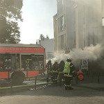 Feuerwehr sichert Gasflaschen in brennender Imbissbude