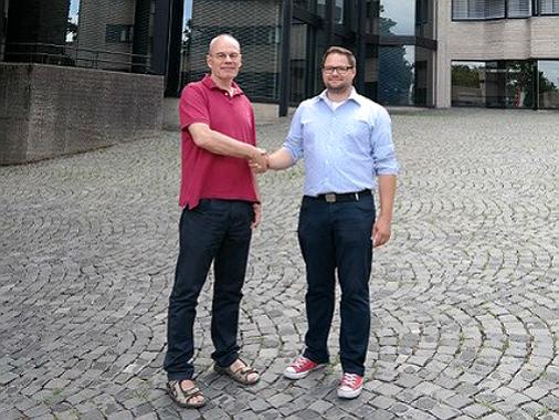 Thomas Galley (links) und sein Nachfolger Sascha Keimer vor dem Bensberger Rathaus.