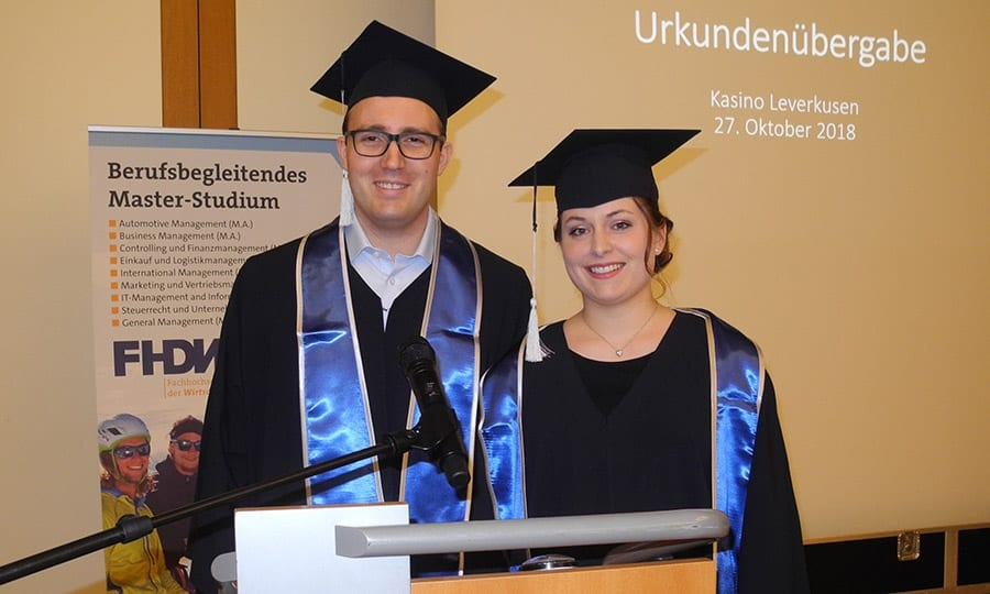Julia Reiländer und Lennart Wörmer haben ihre Bachelor-Urkunden im traditionellen Talar überreicht bekommen, jetzt wollen sie neben dem Beruf noch den Master an der FHDW in Bergisch Gladbach machen.