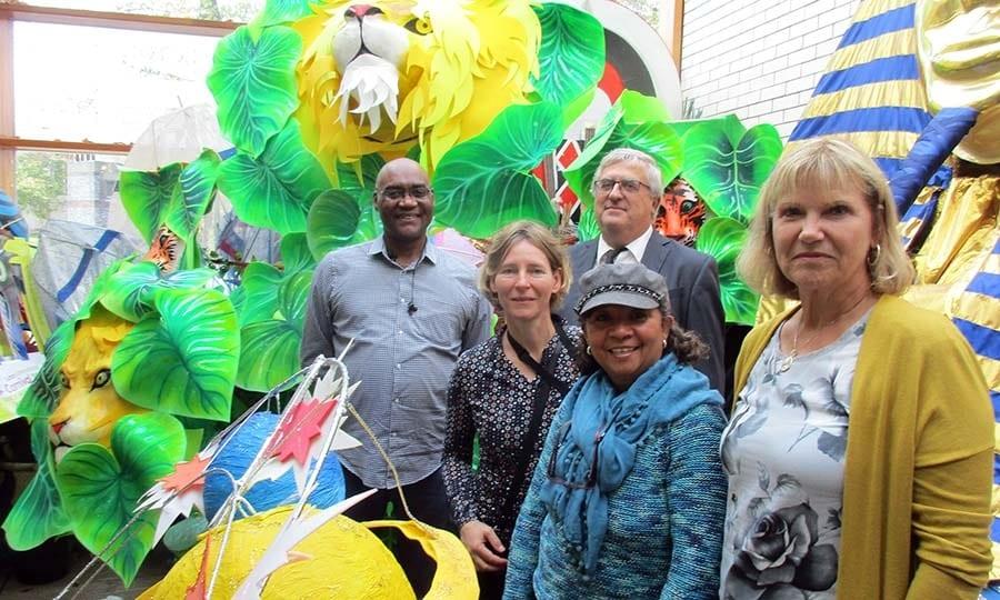 Anne Linden (2.v.l.), Norbert Brochhagen (3.v.l.) und Angela Behrend (r.) zu Besuch beim UK Centre for Carnival Arts.