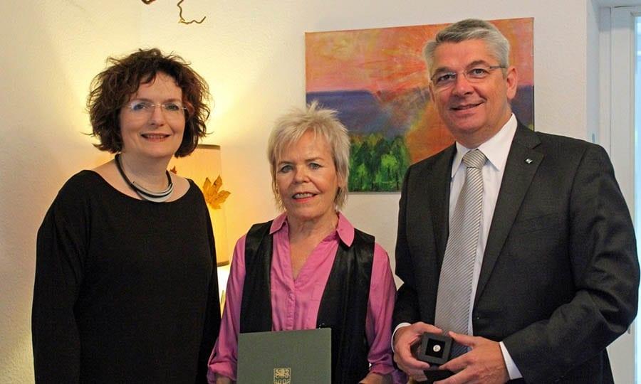 Ursula Nantke (Mitte) mit SPD-Stadtratsmitglied Ute Stauer und Bürgermeister Lutz Urbach