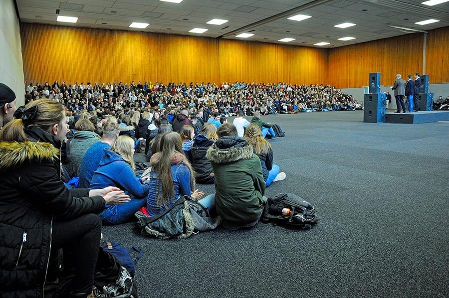 Schülerinnen und Schüler in der Halle