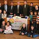 Kinder übergeben Spielsachen für Litauen