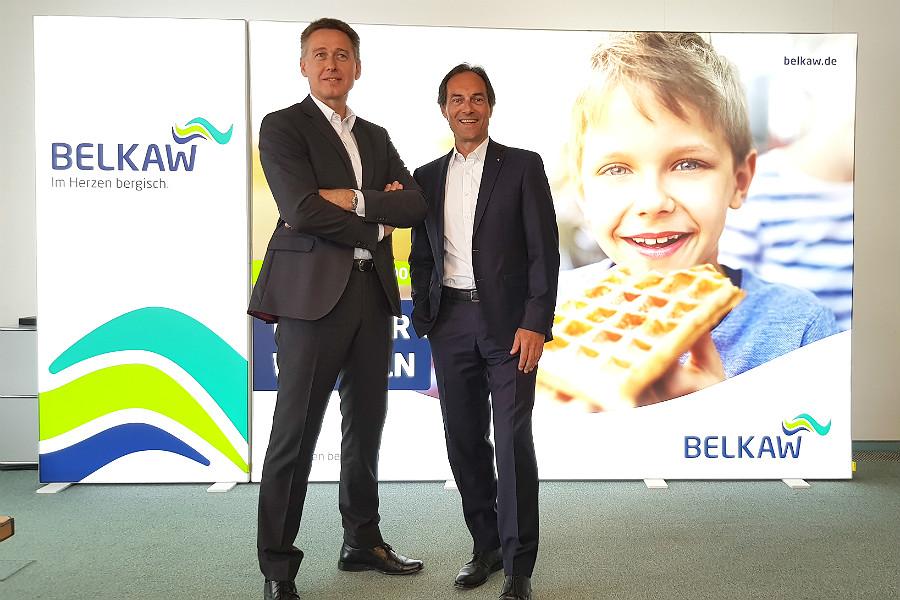 Klaus Henninger und Manfred Habrunner präsentieren das neue Logo der Belkaw