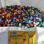 Lokale Partner retten Sammlung von Plastikdeckel
