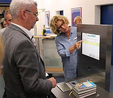 Selbstbuchen statt warten: Neue Technik in der Bücherei