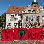 "Kleiner Trupp hält ""Fridays for Future""-Flagge hoch"